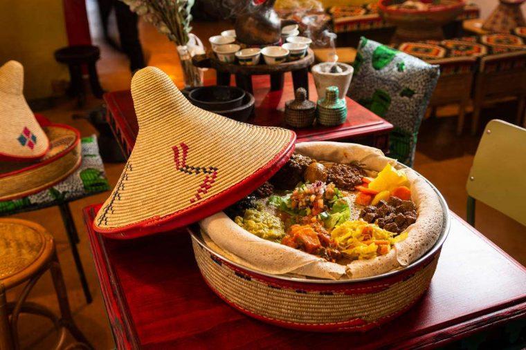 presentación de plato de comida etíope en restaurante